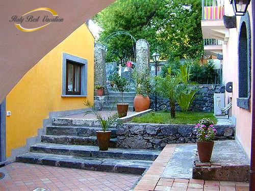 italy-vacation.com  Agri Etna Catania  Garden